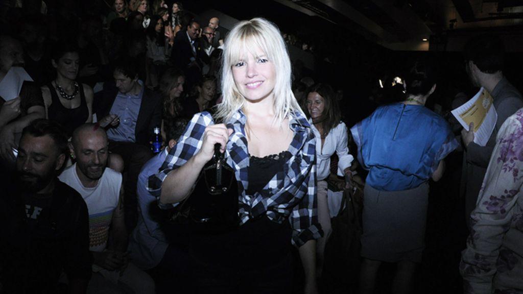 La actriz Lluvia Rojo a su llegada al front row