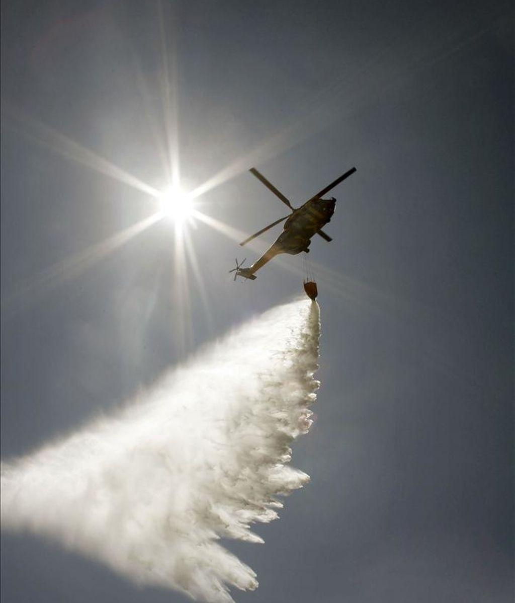 En la imagen, un helicóptero durante las labores de extinción del incendio forestal. EFE/Archivo