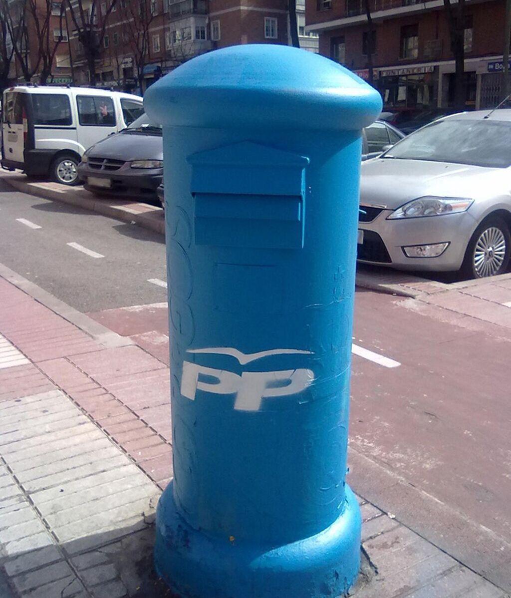 Pintan de azul y le ponen las siglas del PP a un buzón de Madrid