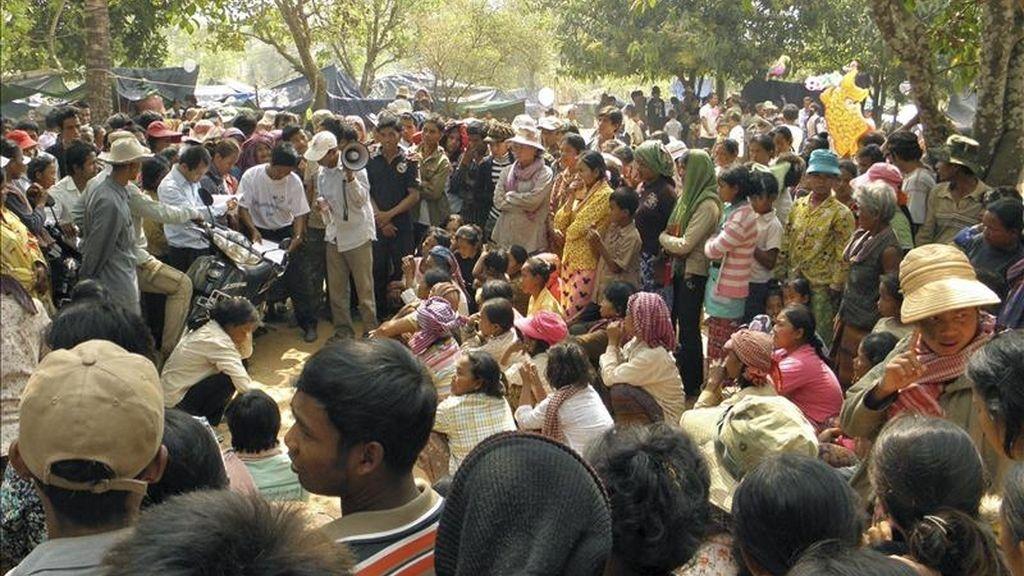 Los residentes que han abandonado sus hogares en la zona fronteriza que Camboya se disputa con Tailandia, son atendidos hoy por cooperantes en la aldea de Kum Thmei (Camboya). La zona se mantiene por segundo día consecutivo en una calma tensa después de los últimos enfrentamientos del lunes. EFE