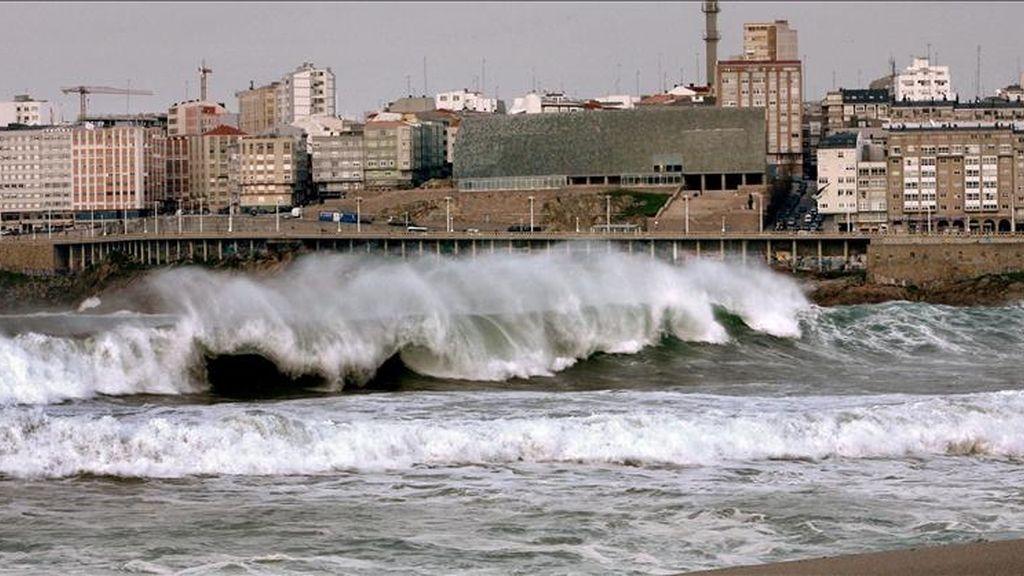 Las olas rompen en la costa de A Coruña. EFE/Archivo