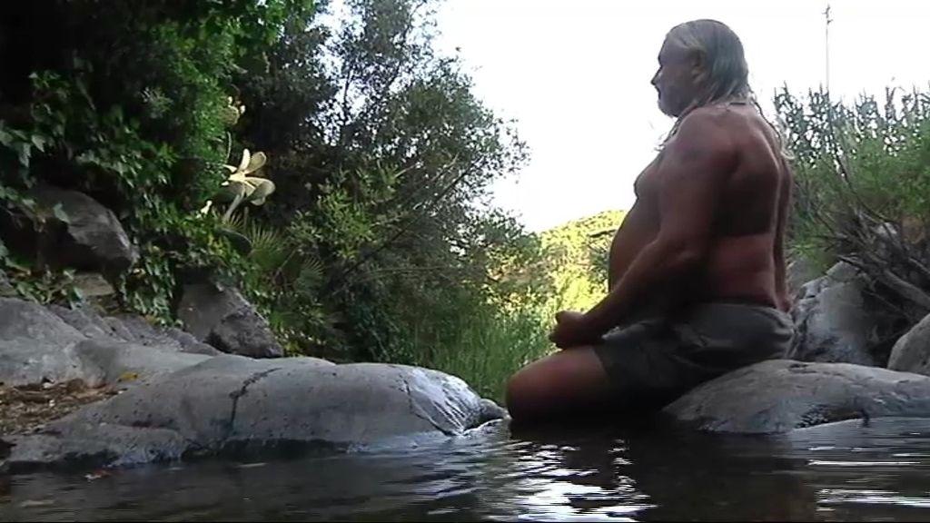 Meditación a orilla del río para alcanzar el tantra