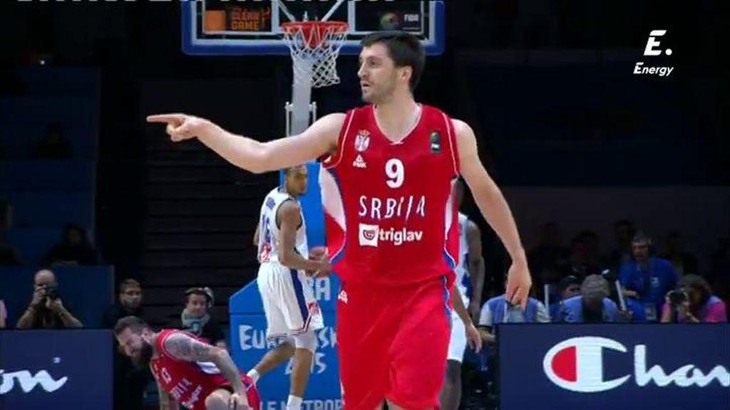 ¡Markovic anota un triple desde su casa y dedicatoria con beso al banquillo!