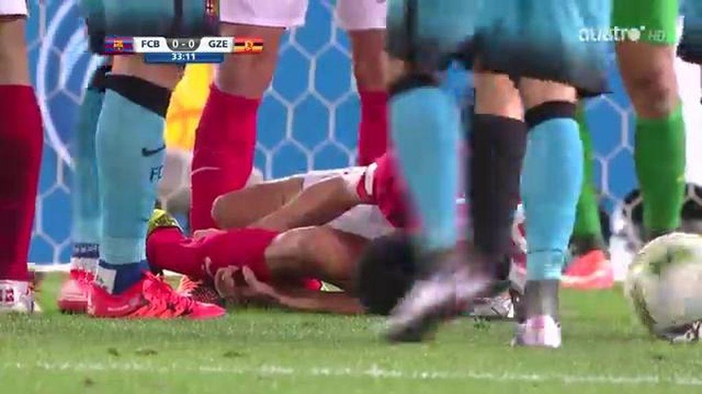 ¡Escalofriante! El jugador chino Zou se rompe la pierna defendiendo un ataque del Barça
