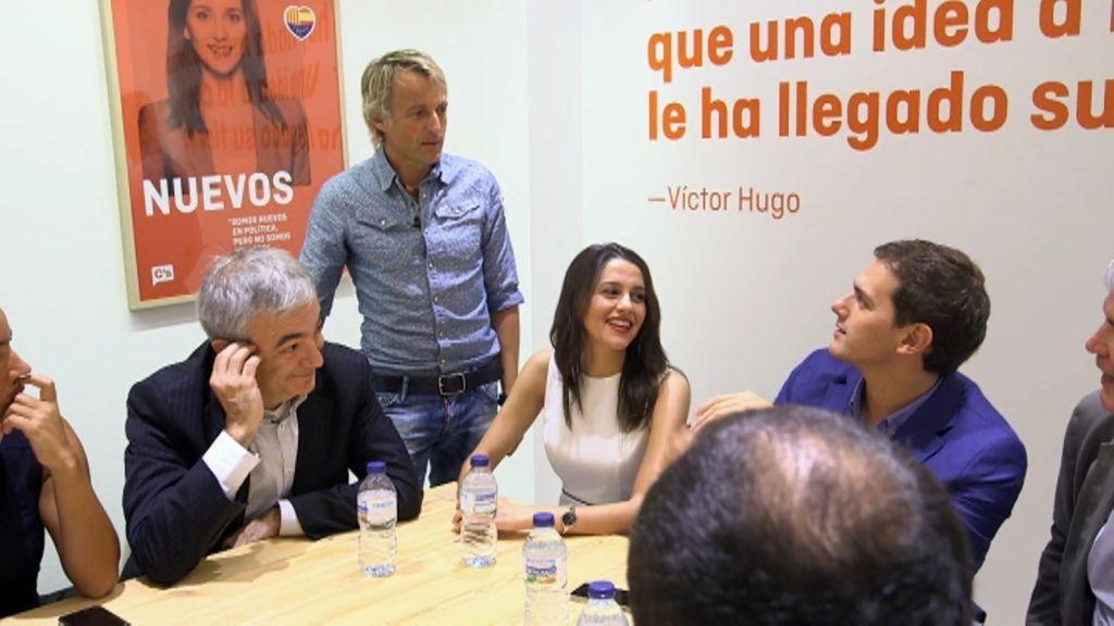 Calleja se cuela en la sede donde se reúne Ciudadanos y 'fisga' entre los papeles