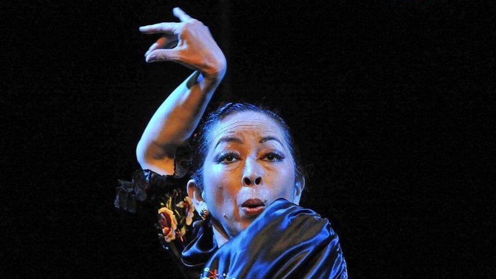 """La japonesa Eiko Takahashi, de 58 años que vive a caballo entre las cuevas del Sacromonte en Granada y su país, durante su última actuación en el Teatro """"La Chumbera"""" de Granada en su espectáculo """"Eiko y Cerecitas del Japón"""". EFE"""
