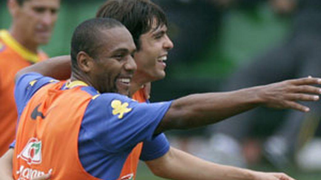 Kaká y Maicon bromean durante un entrenamiento de la selección brasileña. Foto: Reuters