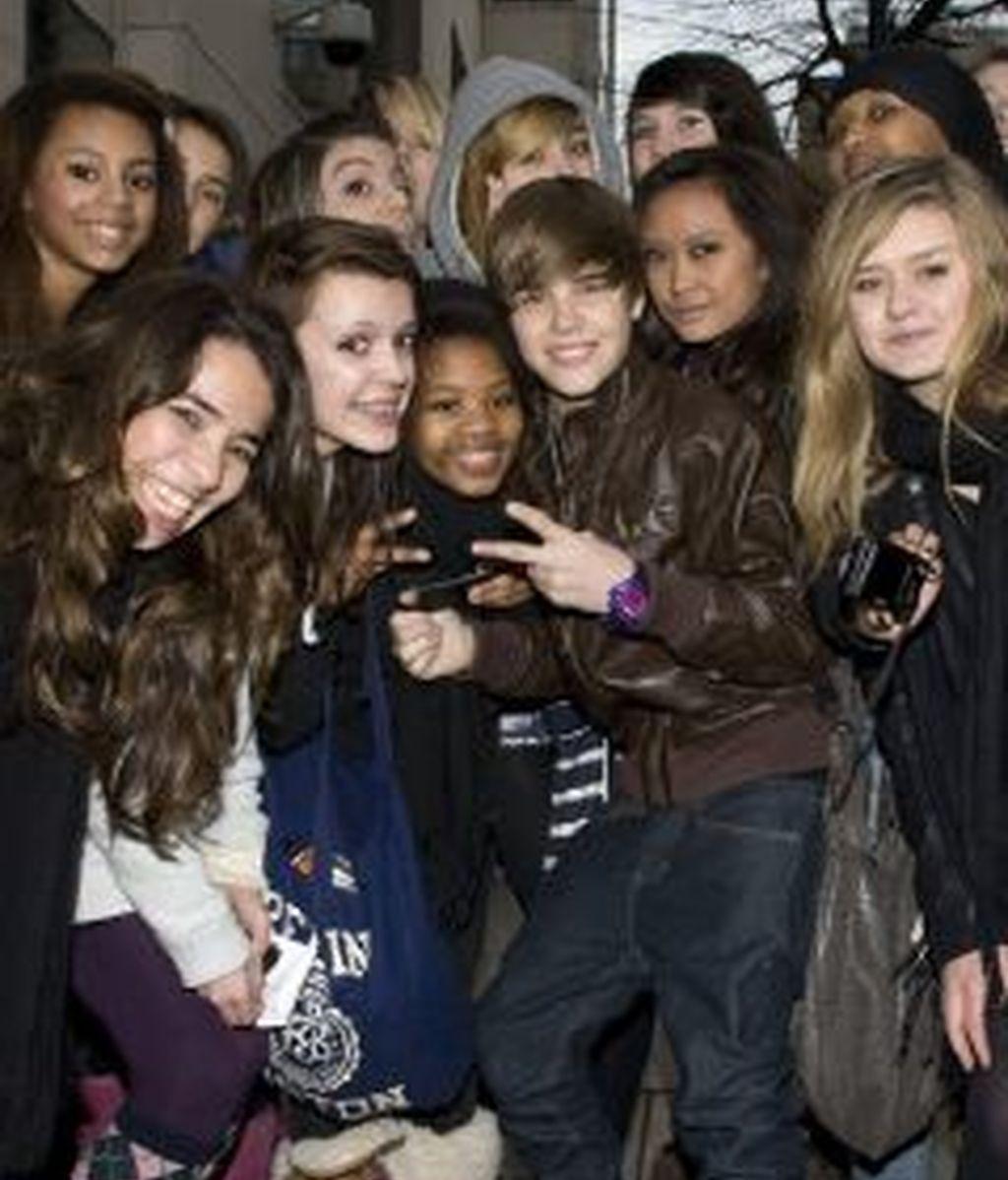 El cantante canadiense Justin Bieber es seguido por millones de fans adolescentes en todo el mundo .