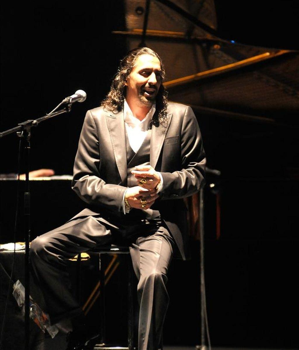 """""""Hay temas que siguen en el corazoncito. Vamos a recordarlos con ustedes"""", señaló el Cigala para sumergirse en """"Corazón loco"""", una canción del disco que le dio fama mundial, """"Lágrimas negras"""" (2003). EFE/Archivo"""