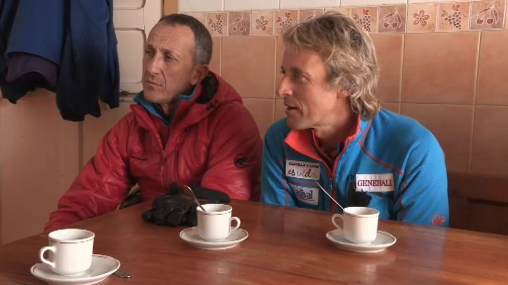 Jesús Calleja llega a Casasuertes a conocer sus dos únicos habitantes