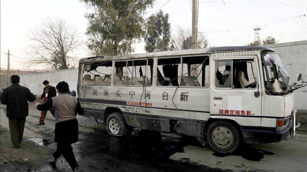 Periodistas y curiosos alrededor de un microbús destrozado por una explosión el 8 de febrero en Jalalabad (Afganistán). EFE/Archivo