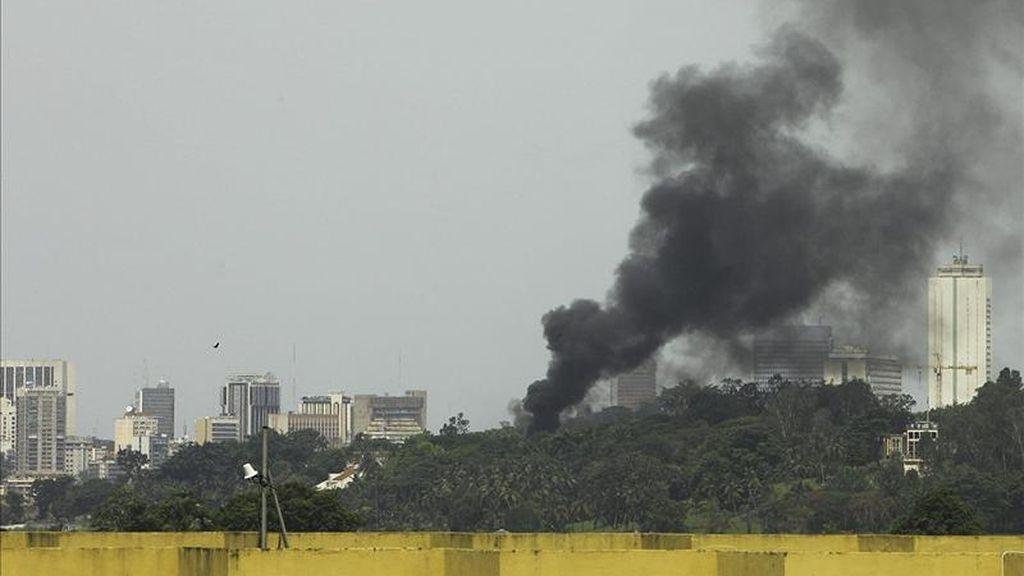Una columna de humo sale de la residencia del presidente saliente de Costa de Marfil, Laurent Gbagbo, tras su arresto por soldados leales al presidente electo del país, Alassane Ouattara, en Abiyán (Costa de Marfil) ayer lunes 11 de abril. EFE