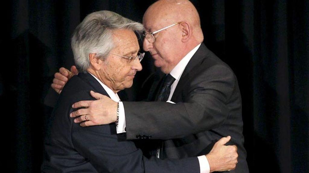 El día de la firma del acuerdo de creación de Novacaixagalicia, Julio Fernández Gayoso (izquierda) y Mauro Varela (derecha), copresidentes