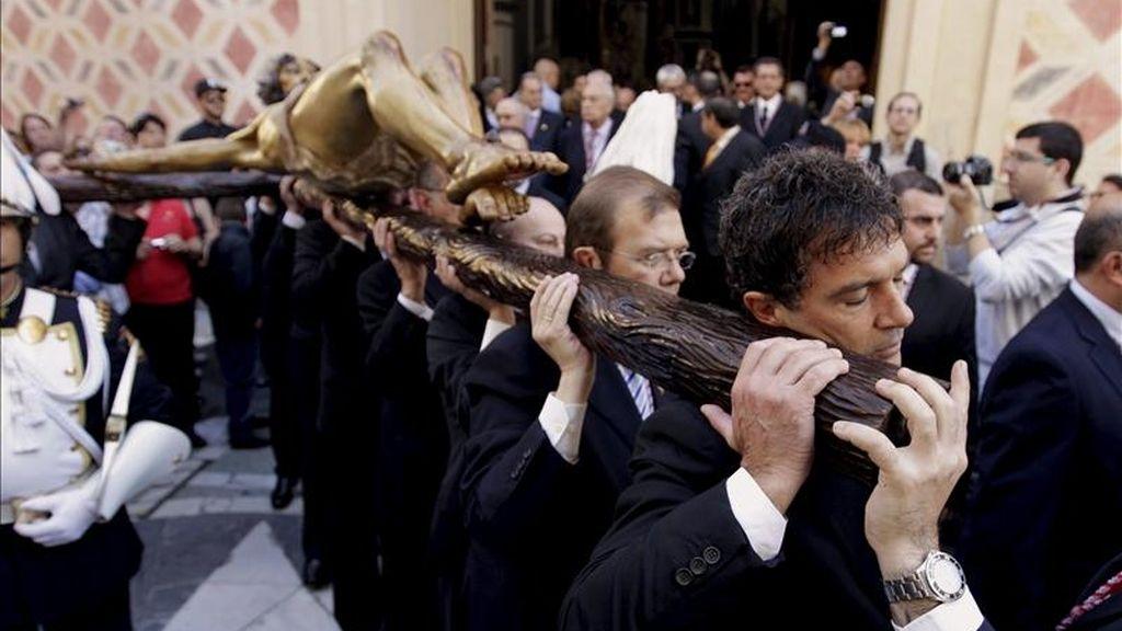 El actor Antonio Banderas porta hoy la imagen de un crucificado a hombros por Málaga, tras haber dado ayer el pregón de la Semana Santa de su ciudad natal. EFE