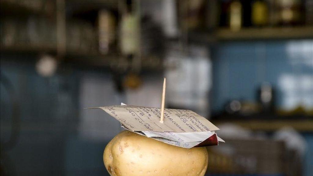 """Fotografía facilitada por la Galería Xippa de un peculiar """"bricolaje"""" brasileño, una patata con un palillo para pinchar facturas, perteneciente a la serie """"Gambiarras"""" (bricolajes), del fotógrafo y cineasta brasileño Cao Guimaraes. EFE"""