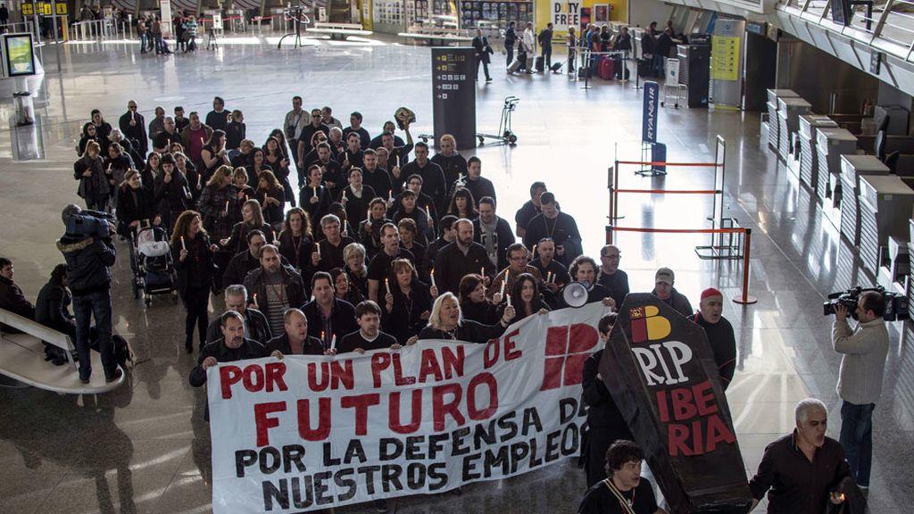 Trabajadores de Iberia protestan en el aeropuerto de Bilbao