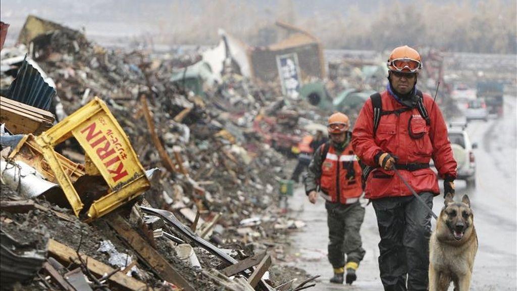 Equipos de rescate caminan entre los escombros en la ciudad devastada de Rikuzentakata en la prefectura de Iwate, en Japón hoy, 9 de abril de 2011. EFE