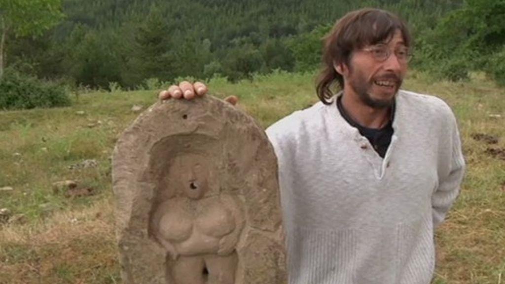 """Otra de las aficiones de Fermín es la escultura en piedra. Afirma que lo más importante es la """"belleza interior"""" como refleja en su obra"""
