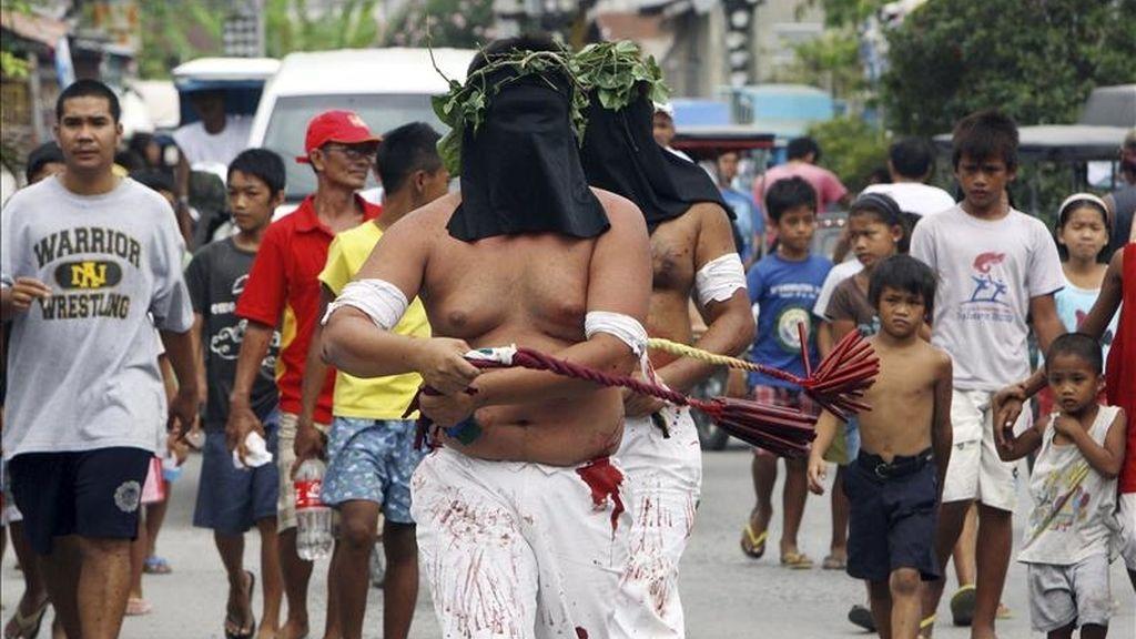 Penitentes filipinos se autoflagelan mientras recorren las calles de la localidad de San Pedro Cutud, en San Fernando, provincia de Pampanga, norte de Manila (Filipinas). EFE
