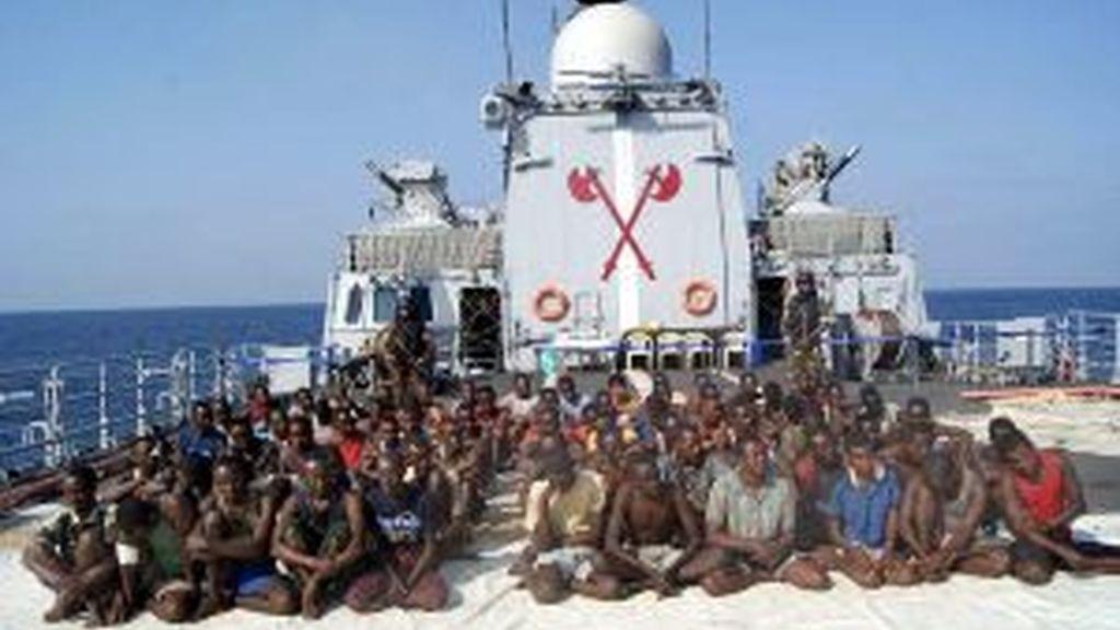 Los piratas, detenidos. Foto: EFE.
