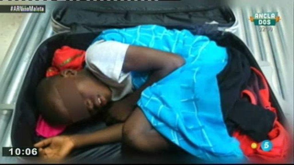 La madre del pequeño Adou, el niño de la maleta, recupera la tutela del menor