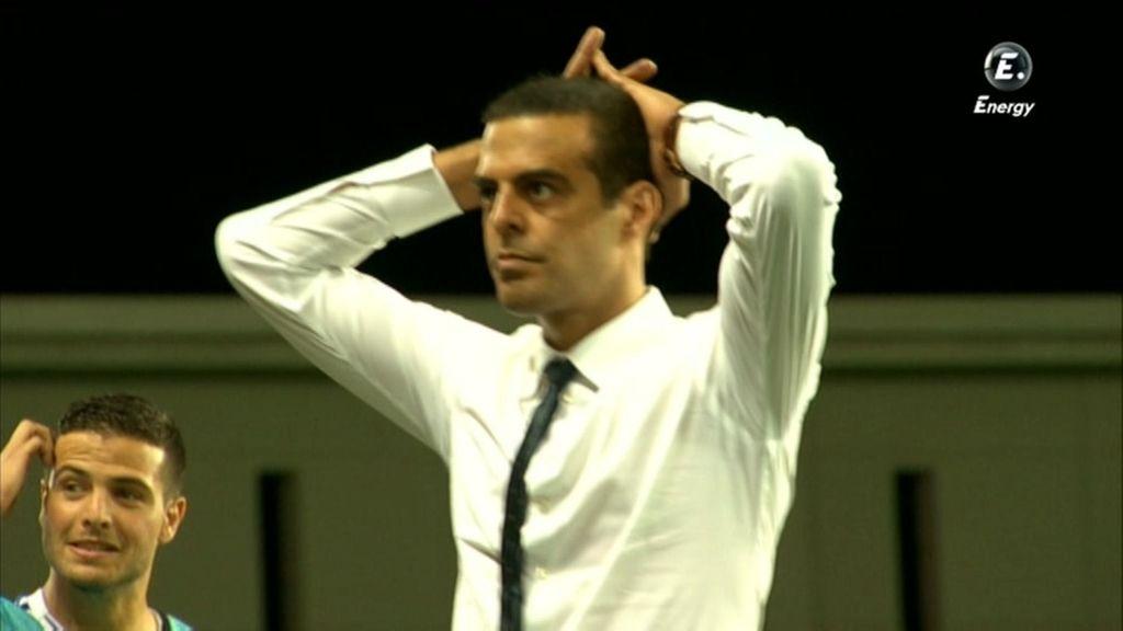 El técnico de Israel se echa las manos a la cabeza tras un fallo.
