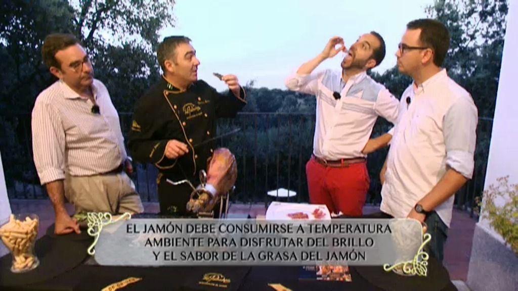 Mario Sandoval visita las dehesas cordobesas y prueba su jamón ibérico