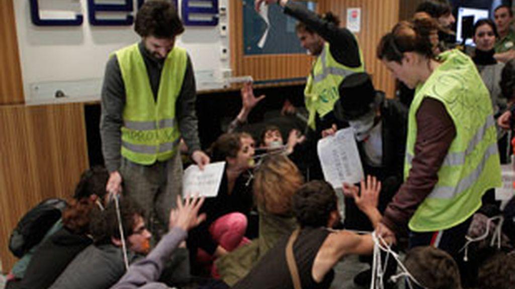 """Un grupo de """"indignados"""" del 15-M han protagonizado una acción sorpresa en la sede de la CEOE en Madrid. Vídeo: Informativos Telecinco."""