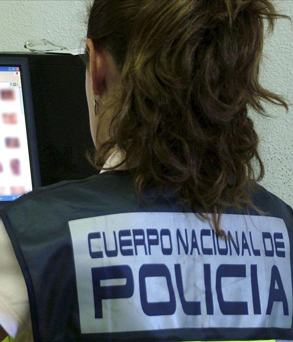 Una policía durante una investigación. EFE/Archivo