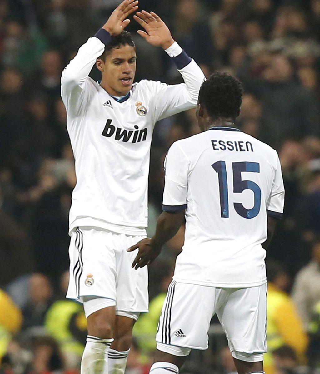 Raphael Varane celebra su gol ante el Barcelona con Michael Essien