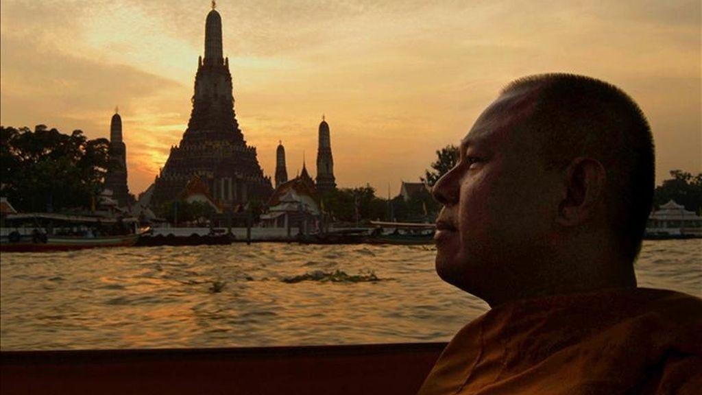 """Imagen cedida por la productora De Warrenne Pictures de la """"Asesinato y reverencia"""", que cuenta la historia de Ananda, un monje y expolicía que investiga la misteriosa muerte de un niño de la calle en un templo de Bangkok. EFE"""