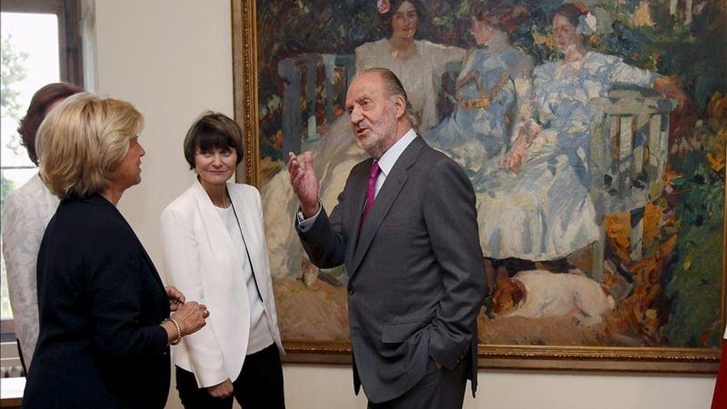 """El rey Juan Carlos y la reina Sofía, junto a la presidenta suiza, Micheline Calmy-Rey (2d), y la directora de la Fundación del Hermitage de Lausana, Juliane Cosandier (i), visitaron hoy una gran exposición de pintores expresionistas españoles, """"El Modernismo: De Sorolla a Picasso, 1880-1918"""", en el segundo y último día de la visita de Estado que los reyes realizan a Suiza. EFE"""