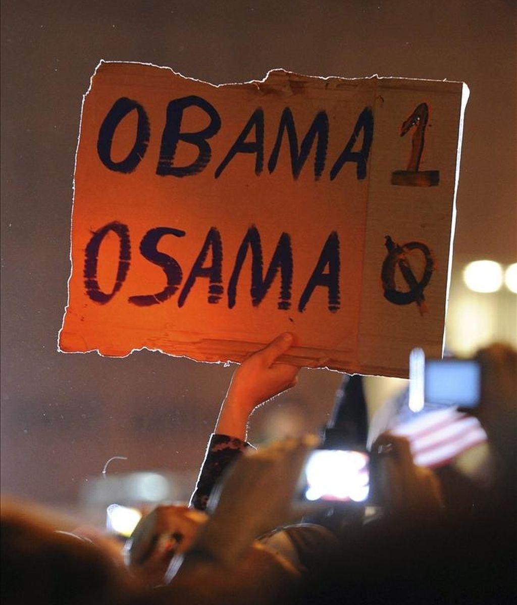 Un hombre sostiene una pancarta en la zona Zero en Nueva York (Estados Unidos) mientras celebra la muerte de Osama Bin Laden en la madrugada de hoy. EFE