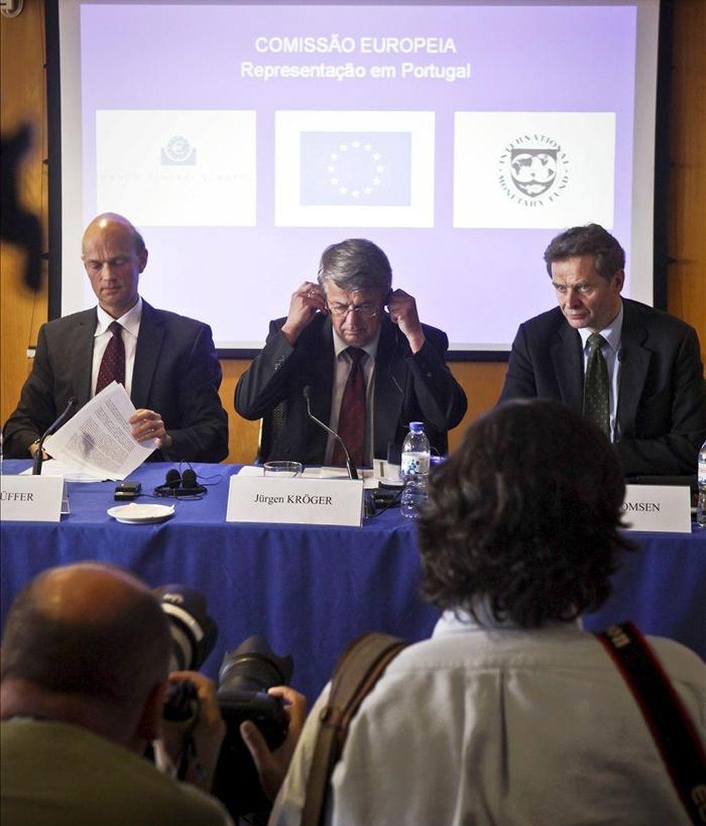 Los representantes de la Comisión Europea, Juergen Kroeger (c), del Banco Central Europeo (BCE), Rasmus Ruffer (i) y del FMI, Poul Thomson (d), durante una rueda de prensa conjunta sobre la negociación de la ayuda a Portugal en Lisboa, hoy. EFE