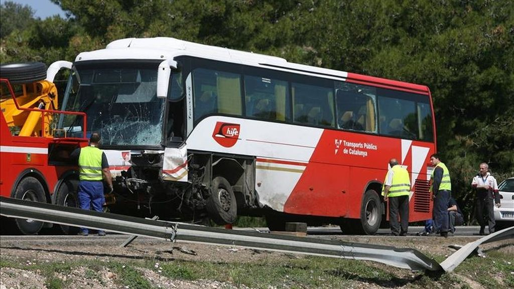 El conductor de un turismo ha fallecido y otras ocho personas, seis de ellas niños, han resultado heridas leves a consecuencia del accidente en que esta mañana se han visto implicados un coche y un autobús escolar en la carretera C-12, a su paso por Aldover. EFE