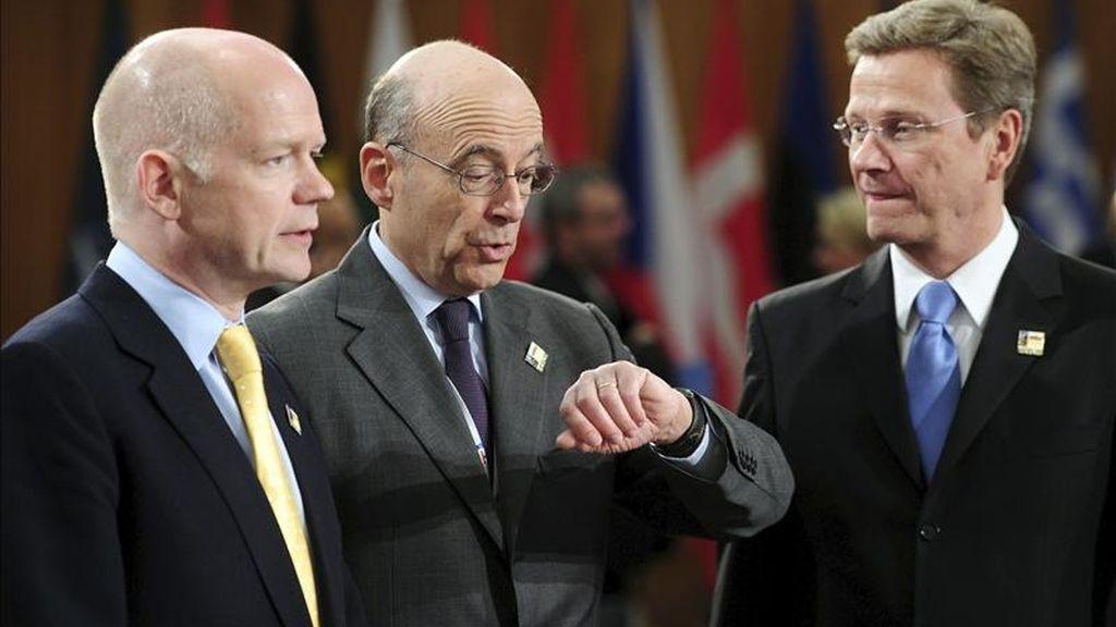 El ministro alemán de Asuntos Exteriores, Guido Westerwelle (d), y sus homólogos, el francés Alain Juppe (c), y el británico William Hague, durante la segunda jornada de la cumbre de ministros de Asuntos Exteriores de la OTAN celebrada en Berlín (Alemania). EFE