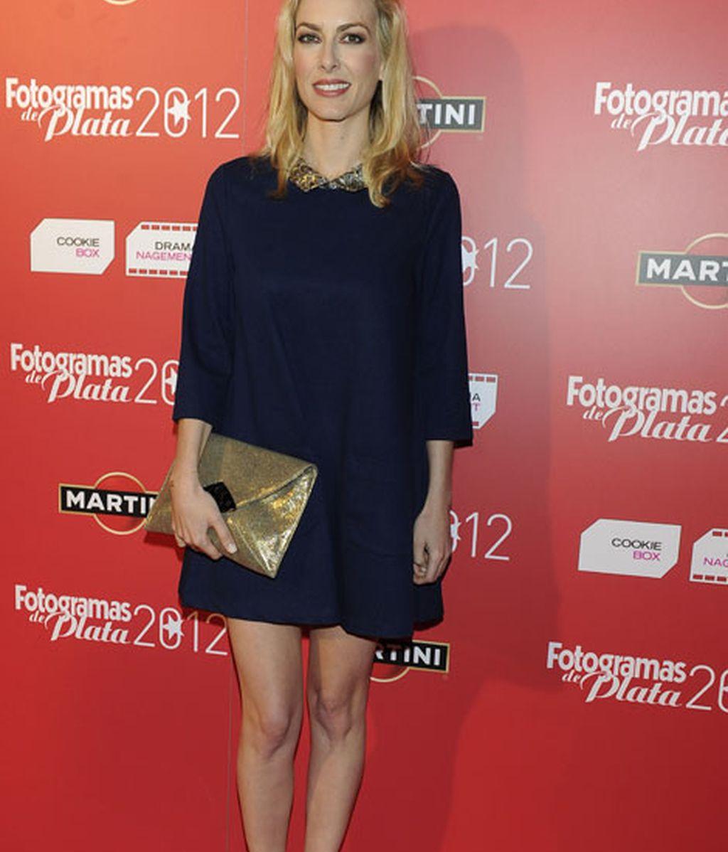 Kira Miró, con un look azul marino y dorado en complementos