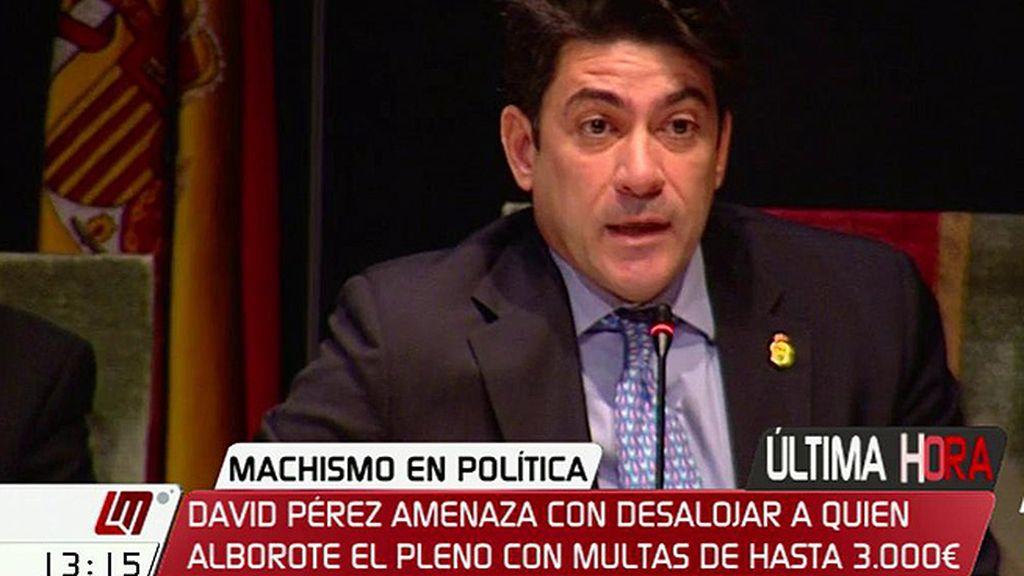 """Protestas ante el alcalde de Alcorcón: """"Como poco es para tirarle un tanga"""""""