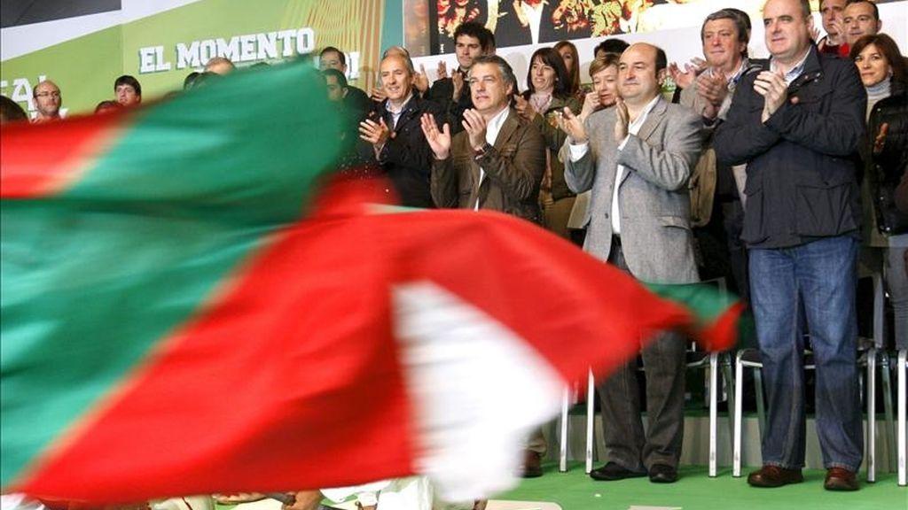 El presidente del PNV, Iñigo Urkullu y el responsable de este partido en Vizcaya, Andoni Ortuzar(2d) y de Guipúzcoa, Joseba Egibar (d), durante el Aberri Eguna (Día de la Patria vasca) que el PNV ha celebrado con un acto en la Plaza Nueva de Bilbao, en el que se han dado cita dirigentes y candidatos. EFE