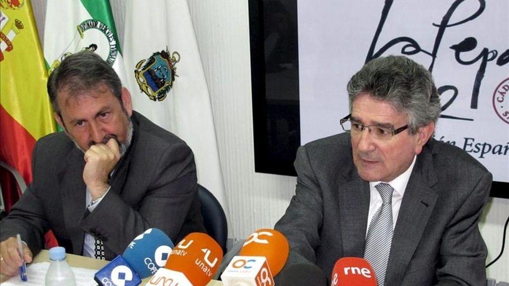 El delegado del Gobierno de la Junta de Andalucía en Cádiz, Gabriel Almagro (i), junto al consejero de Gobernación y Justicia de la Junta de Andalucía, Luis Pizarro, esta mañana en Cádiz, antes de presentar su dimisión. EFE