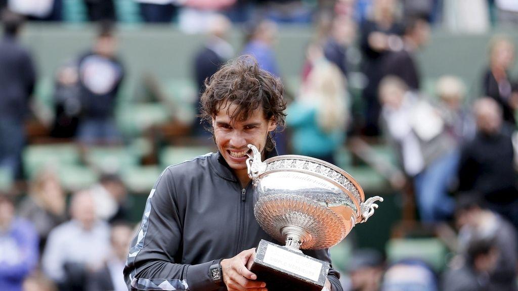 Nadal 'muerde' el trofeo
