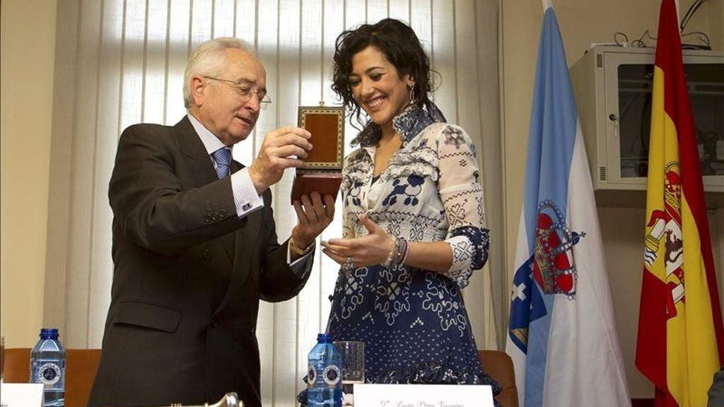 La cantante Lucía Pérez, que representará a España en el próximo festival de Eurovisión, recibe la medalla que le acredita como Hija Predilecta de O Incio de manos del alcalde, Ángel Camino Copa. EFE