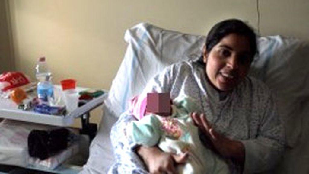 Imagen de Asia sosteniendo en brazos a su bebé Amana. Foto: La Repubblica