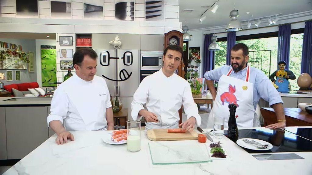 Armando González prepara un pincho de salmón para quedar como marqueses