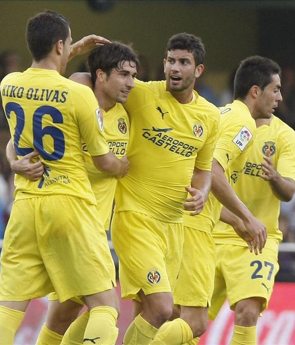 """El centrocampista del Villarreal Rubén Gracia """"Cani"""" (2i), celebra con sus compañeros la consecución del primer gol de su equipo frente al Getafe, durante el partido de Liga en el estadio de El Madrigal, en Villarreal. EFE"""