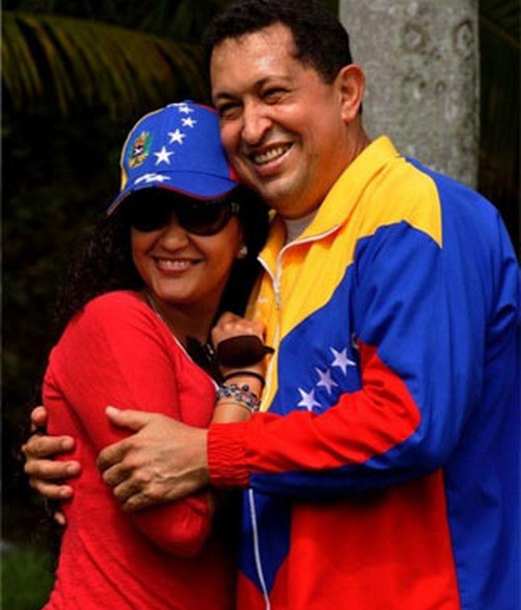 Hugo Chávez posa con su hija en La Habana. Foto: Reuters