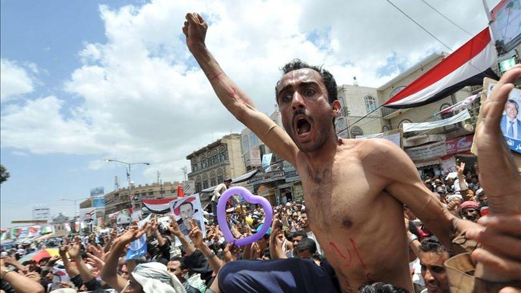 Los manifestantes corean cánticos contra el gobierno durante una concentración de protesta contra el presidente yemení Saleh, en Sana, Yemen. EFE