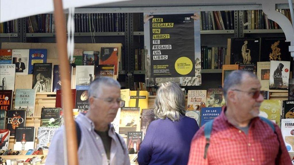 Varias personas visitan la Cuesta de Moyano de Madrid, para poder adquirir libros durante la celebración de La Noche de los Libros. EFE