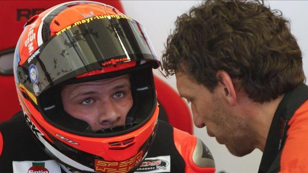 El piloto alemán de Moto2 Stefen Bradl habla con un técnico de su equipo, durante los entrenamientos libres de la categoría, hoy en el circuito de Jerez (Cádiz), donde mañana se disputará el Gran Premio de España. EFE