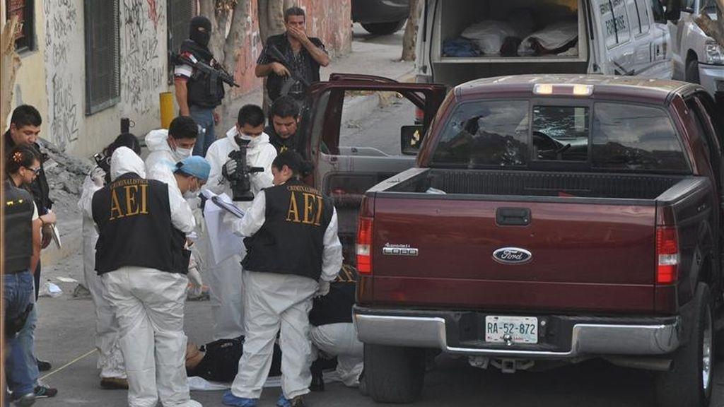 Peritos forenses y agentes ministeriales recaban información en la colonia Francisco Villa de Monterrey, donde cinco personas fueron acribilladas por un comando armado. En total, fueron asesinadas once personas y tres más quedaron heridas por sicarios de la delincuencia organizada. EFE